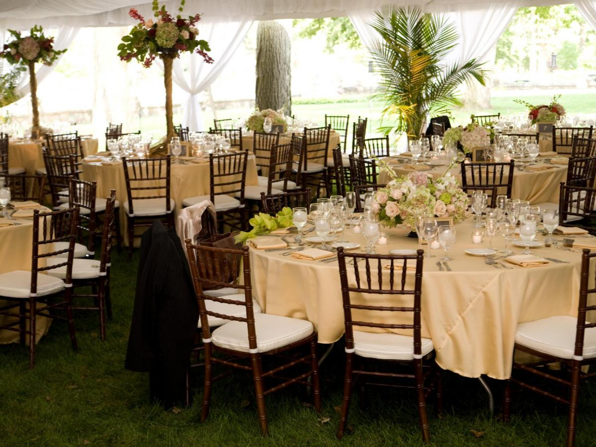 Mahogany Chiavari Chairs And Round Tables With Linens Al